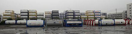 中国CIMC社で国際海上ISO規格により完成した、日本の大手リース会社NRSを始め、世界的に有名なリース会社及び、陸海の輸送会社への納品を待つ液体専用や、ガス専用等の各種タンクコンテナ郡。