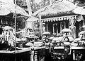 COLLECTIE TROPENMUSEUM Balinese vrouwen met offers tijdens een ceremonie op een tempelcomplex TMnr 10016371.jpg
