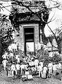 COLLECTIE TROPENMUSEUM Groepsportret bij de ruïne van een tempel op Java TMnr 10026794.jpg