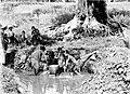 COLLECTIE TROPENMUSEUM Vrouwen en kinderen wassen bij de pantjuran te Salatiga Midden-Java TMnr 10006659.jpg