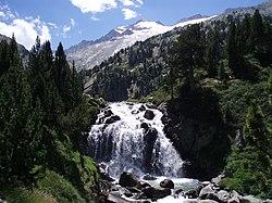 Cascada Aigualluts y Aneto.JPG