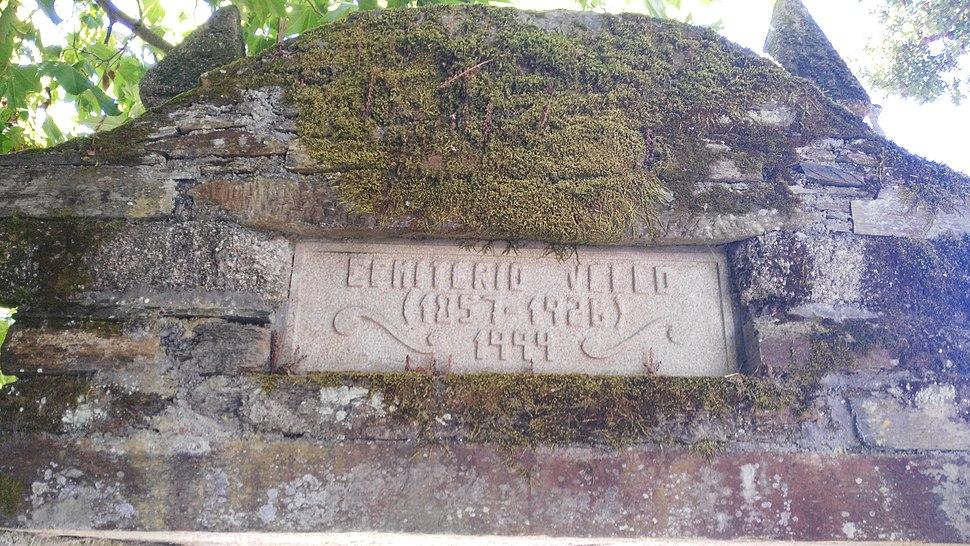 Inscrición no pórtico do cemiterio vello de As Pontes
