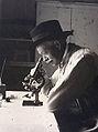 Charles Nicolle devant son microscope.jpg