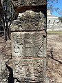 Chichén Itzá - Gruppe der 1000 Säulen 5 Stele.jpg