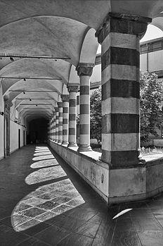 Chiostro triangolare della chiesa di Sant'Agostino 01.jpg