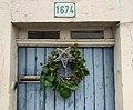 Couronne de noël sur une porte Rue Centrale (Beynost).jpg