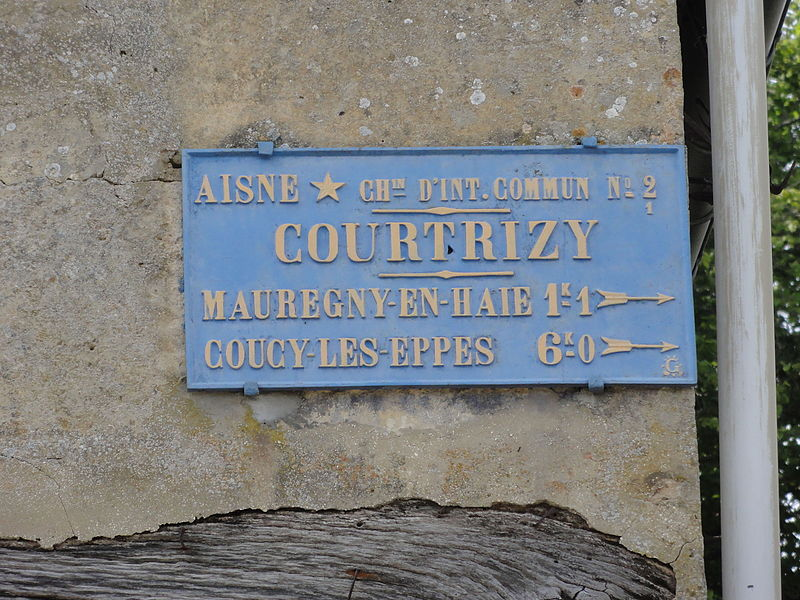 Courtrizy-et-Fussigny (Aisne) église (01) ancienne plaque routière