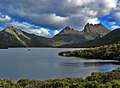 Cradle mnt over Dove Lake - panoramio.jpg