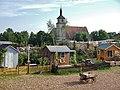"""Das Freiluft-Theaterstück """"55 Sommer"""" im Sommer 2014, im Hintergrund die evangelische Marienkirche in Mauren (romanisch 11-12. Jahrh., Turm, Chor im 14. Jahrh., gotisches Schiff 1470) - panoramio.jpg"""