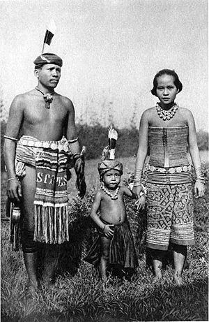 Lamandau River - Image: Dayak family c 1910