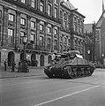 Defilé voor het Paleis op de Dam Sherman tank, Bestanddeelnr 900-4683.jpg