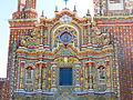 Detalle de la fachada del Templo de San Francisco Acatepec, Puebla, Pue. (1).JPG