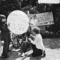 Dolle Mina beweging protesteert bij Pauselijke Nuntius te Den Haag tegen geboort, Bestanddeelnr 926-5693.jpg