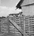 Een met zandzakken versterkte machinegeweerpost met een Vickers M18, Bestanddeelnr 12662.jpg
