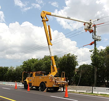 English: Repairing a power line in Weston, Flo...