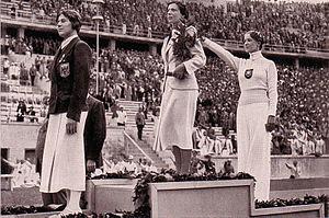 Helene Mayer (rechts) bei der Siegerehrung 1936