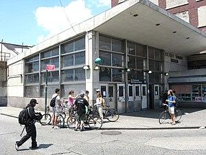 Far Rockaway–Mott Avenue (IND Rockaway Line) - The Far Rockaway station in 2008, prior to renovations
