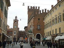 Ferrara, palazzo municipale e piazza.JPG