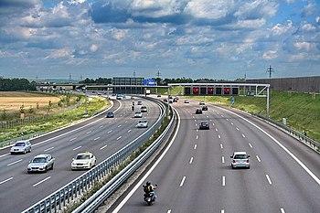 Moderna autostrada tedesca a 4 corsie di marcia più quella di emergenza per carreggiata
