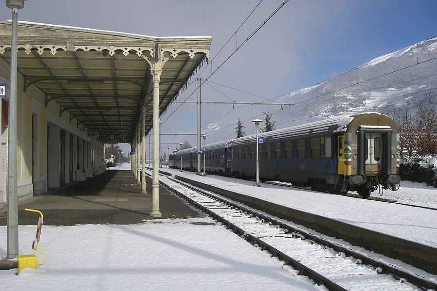 Le train de nuit pour Paris n'est pas parti, immobilisé en gare de Luchon à cause de la tempête Klaus dans le Sud-Ouest de la France.