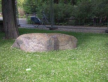 Granit Findling am künstlichen Wasserlauf im Humboldthain 2.jpg