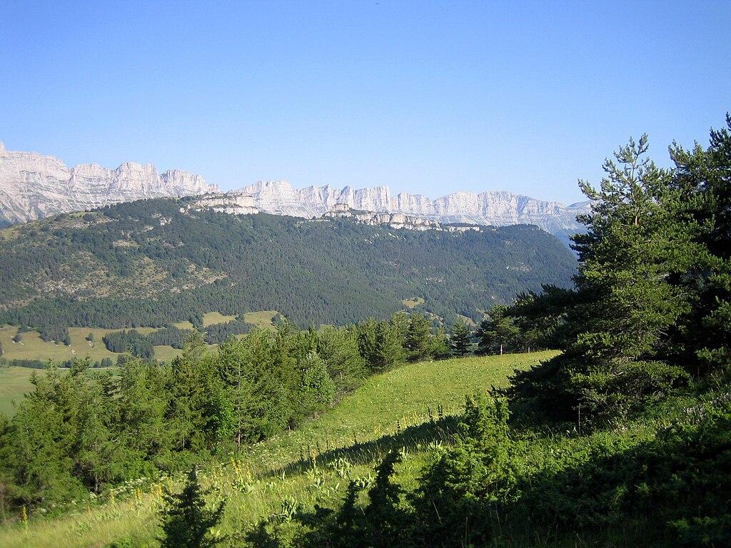 File gresse en vercors falaise dominant la vall e vue - Office du tourisme gresse en vercors ...