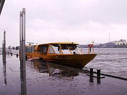 HVV-Barkasse im Hamburger Hafen