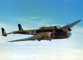 Handley Page Hampden Mark I (immat. AT137 'UB-T') du  No. 455 Squadron de la Royal Australian Air Force (RAAF) basé à Leuchars (Ecosse) en vol au dessus des nuages (mai 1942).