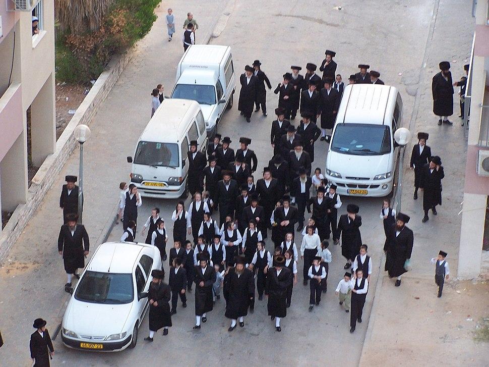 Haredim allant a la synagogue