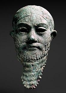 Глава правителя около 2300 г. до н.э. 2000 г. до н.э. Метрополитен-музей Ирана или Месопотамии (темный фон) .jpg
