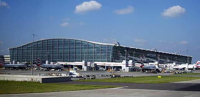 Heathrow International Airport, London, England By Warren Rohner (Flickr) [CC BY-SA 2.0 (https://creativecommons.org/licenses/by-sa/2.0)], via Wikimedia Commons