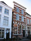 foto van Huis met geverfde pilastergevel