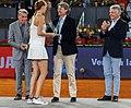 Higueras entrega el premio Mutua Madrid Open a Kvitova, la primera tenista tricampeona del torneo 07.jpg