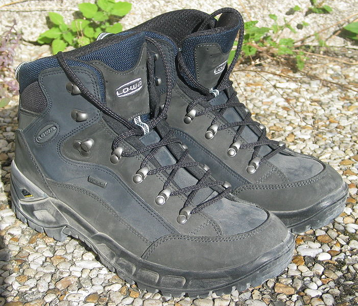 Fichier:Hiking shoes Lowa.jpg
