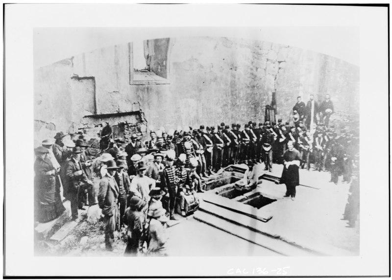 Åpning av gravene og identifikasjon av levningene av fransiskanerne Julian Crespí, Julian Lopes, Fermín Francisco Lasuén og Junipero Serra den 3. juli 1882 i Mission San Carlos Borromeo i Carmel-by-the-Sea i Monterey