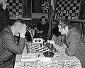 Hoogovenschaaktoernooi gestart, J. H. Donner (rechts) tegen H. Lehman, Bestanddeelnr 917-3110.jpg