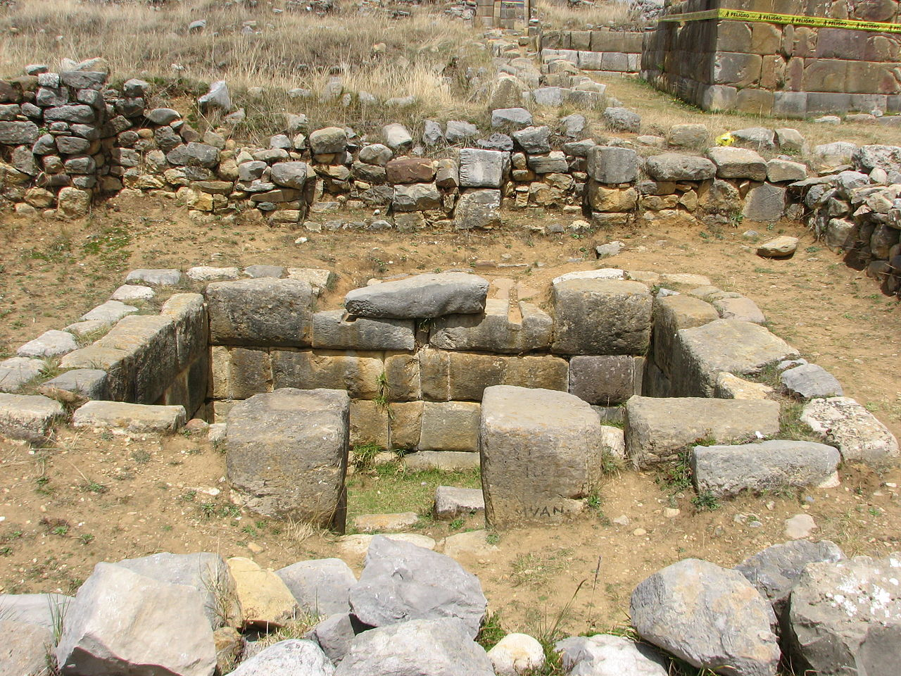 file hu nuco pampa archaeological site wikimedia commons. Black Bedroom Furniture Sets. Home Design Ideas