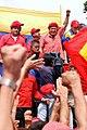 Hugo Chavez alzando el puño.jpg