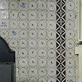 Interieur, detail van betegeling bij schouw in de voorkamer - Beetsterzwaag - 20397606 - RCE.jpg