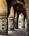 Internal pillars of Isa Khan's Mosque.jpg