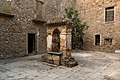 Interno cortile del monastero con pozzo centrale.jpg