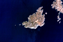 Satellite image of Irakleia. Island at the edge of the image on the right (east) is Schoinoussa, islets on the left (west) are Avelonisia