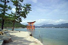 ItsukushimaTorii7383.jpg