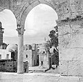 Jeruzalem, de Tempelberg (Al Haram esh Sharif). Gezicht vanaf het terras van de , Bestanddeelnr 255-1636.jpg