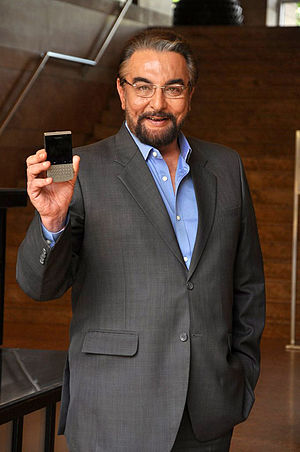Kabir Bedi - Image: Kabir Bedi poses with Blackberry Porsche Design P'9981 mobile 04