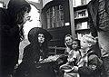 Kinderboekenweek bij Boekhandel de Vries. Twee echte toverkollen lezen voor in een hoekje bij De Vries. Aangekocht van United Photos de Boer bv. - Negatiefnummer 43372 k rij 7 - 4. - Gepubliceerd in h.JPG