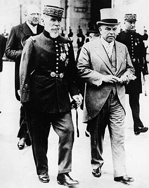 Henri Gouraud (general) - Gouraud, as Military Governor of Paris, escorting Canadian Prime Minister William Lyon Mackenzie King to the Tomb of the Unknown Soldier at the Arc de Triomphe.