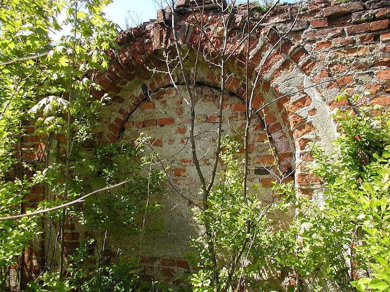 File:Klasztor w Łąkach element architektoniczny murów.JPG