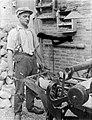 Klompenmakerij Gebr Van der Velde in Best - het machinaal uitboren van twee klo, Bestanddeelnr 252-0760.jpg