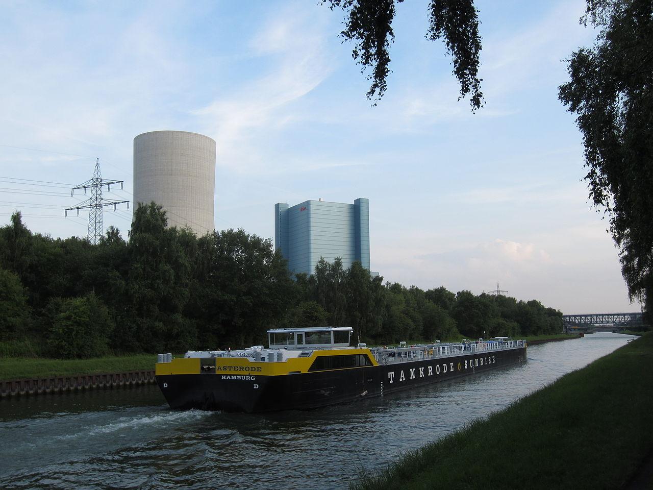 Kraftwerk Datteln IV Neubau mit Binnenschiff.JPG